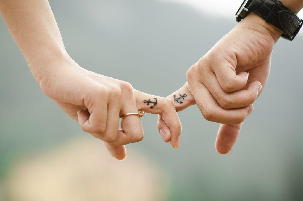 pareja-de-la-mano-relaciones
