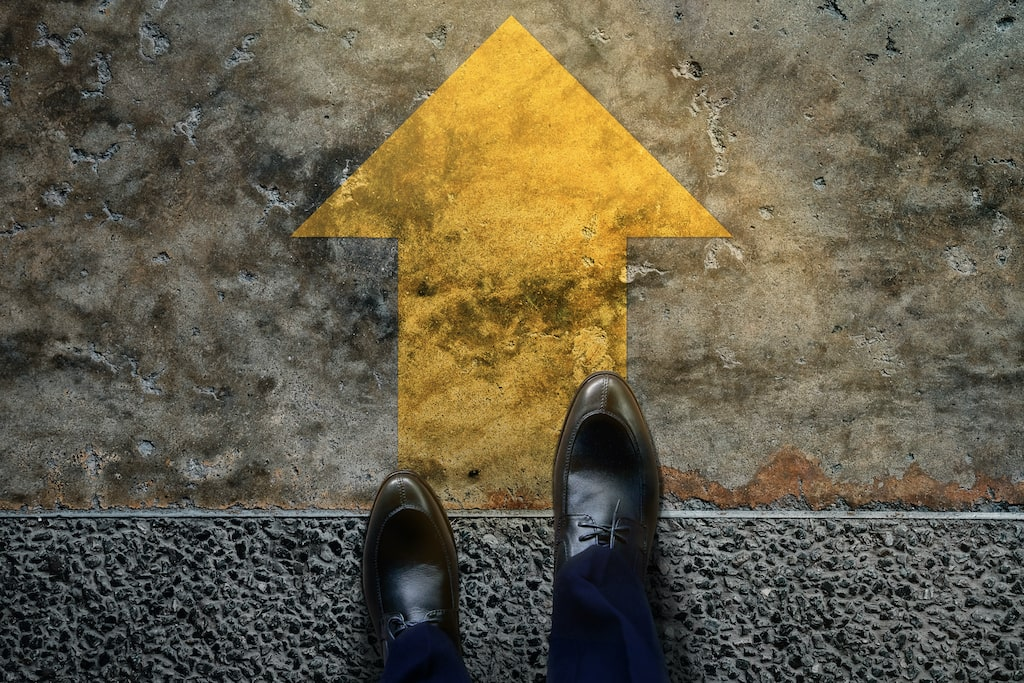 Coaching-para-el-éxito-flecha-caminando