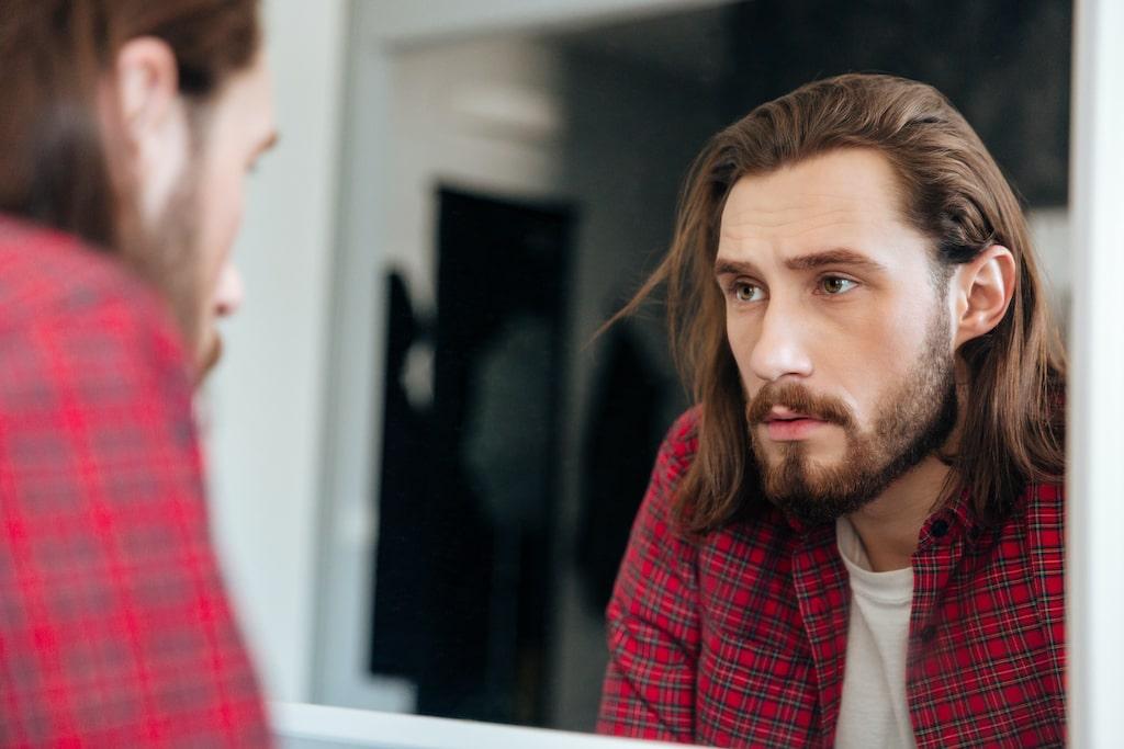 Hombre-frente-espejo-reflexionando-Tres verdades y una mentira